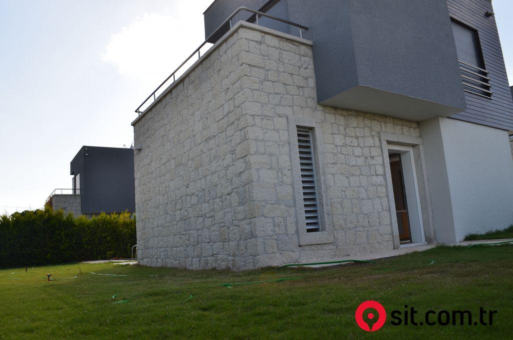 Çeşmenin En Nezih Sitesinde Müstakil Havuzlu Villa